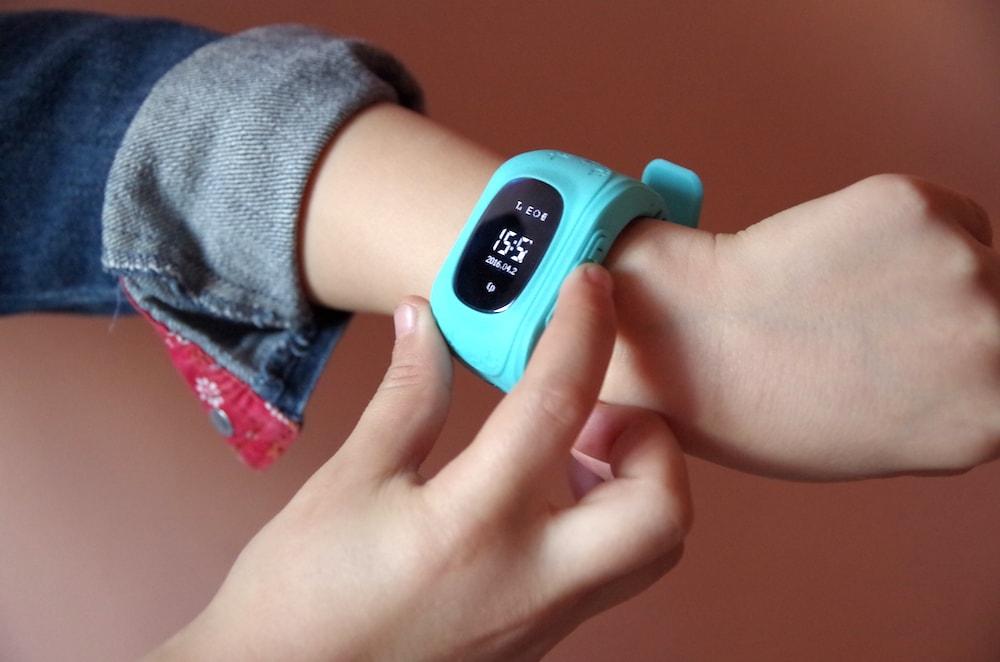 умные-детские-часы-q50-na-ruke